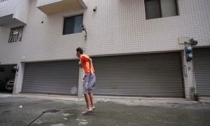 Badminton player goes up against incredibly strong winds
