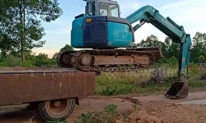 Extraordinary trick to get excavator onto the back of a truck in Vietnam
