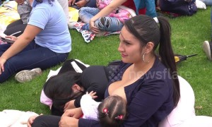 Hundreds of Colombian mothers breastfeed in public