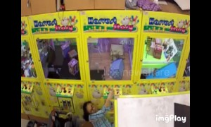 Thief caught on CCTV stealing cuddly toys from claw machine in Taiwan