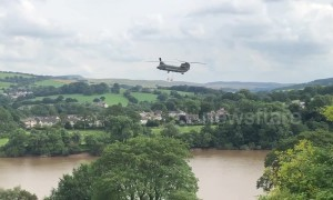 Chinook delivers sandbags to reinforce Whaley Bridge dam