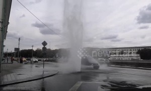 Broken pipes see fountain of boiling water spurt out of road in Moscow