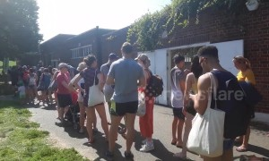 Huge queues at London lido during bank holiday heatwave