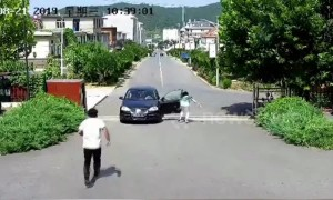 Heroic man manages to stop driverless car from rolling down road in China