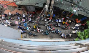 Time-lapse shows 'chaotic' rush hour traffic on narrow Vietnamese street