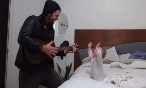 Baby's heartwarming reaction to dad's guitar performance