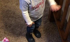 Little Girl Imitates How Her Mom Puts on Skinny Jeans