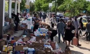 Minneapolis Residents Band Together to Donate Food