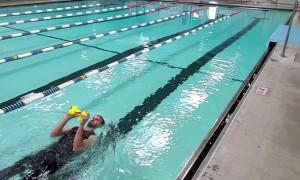 Man Juggles 5 Balls While Swimming