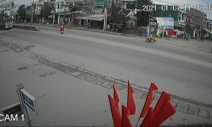 Motorcycle Rider in a Rush Has Near Miss With Truck