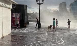 Massive Wave Splashes Pedestrians in Sevastopol