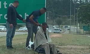 Motorcycle Courier Gives Homeless Person a Haircut
