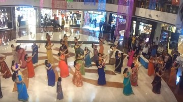 You just can\'t ignore this Flash mob of Ladies in Sarees
